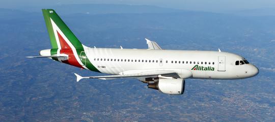 """Alitalia: Calenda, nessuna soluzione prima voto; Air France """"Non sicuro che entreremo in capitale"""""""