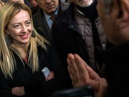 Giorgia Meloni balla per i sostenitori alla manifestazione di Roma