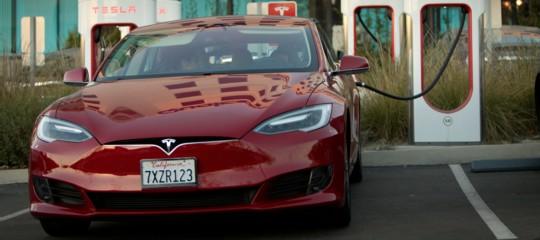 Lo storico sorpasso Tesla su Mercedes e Bmw