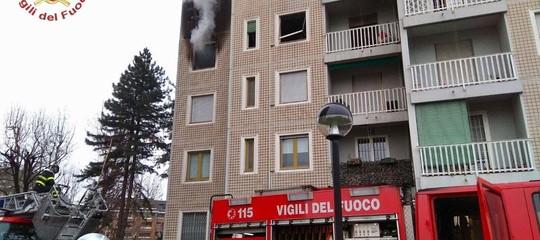 Incendio in palazzo di 14 piani a Milano, evacuati
