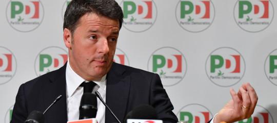 """Renzisi dimette, annuncia il congresso e un Pd all'opposizione. """"Nienteinciuci"""""""