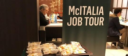 McDonald'scerca 150 persone e si presentano in 2.300