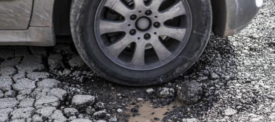 Come chiedere il risarcimento per i danni da buche stradali. Una guida