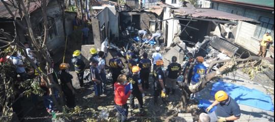 Filippine: aereo da turismo cade su una casa vicino a Manila, 10 morti
