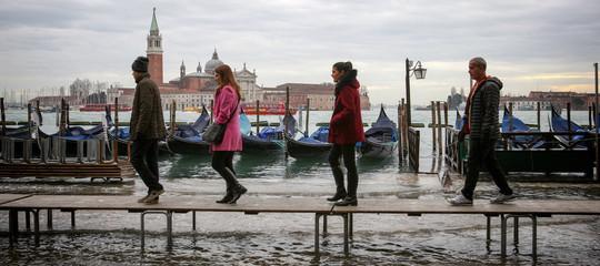 Maltempo: Venezia, acqua alta record con 124 centimetri; neve sulle spiagge