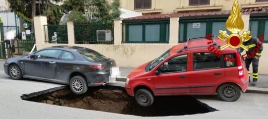 Due auto in bilico sulla voragine nella Circonvallazione Appia
