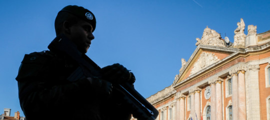 Francia: tenta di investire soldati che fanno jogging, caccia all'uomo nel sud-est