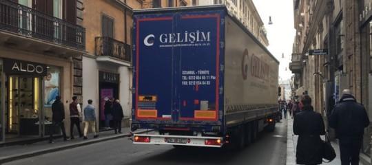 Roma: Tir turco 'buca' sicurezza e arriva in via del Corso