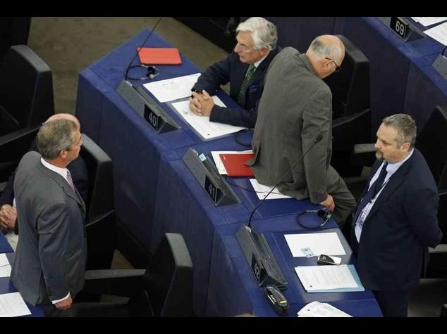 Ue: Farage e Ukip voltano spalle durante l'inno. Schulz rieletto - Video e Foto