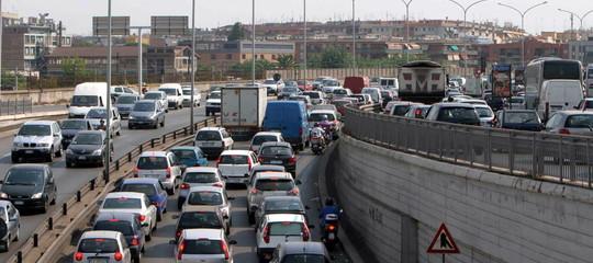 Pasquetta: traffico intenso e code su autostrade, di più al Nord