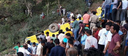 India: scuolabus precipita in burrone, 27 bambini morti