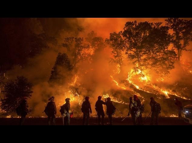 La California in fiamme, stato d'emergenza e 4 pompieri feriti - Foto e Video