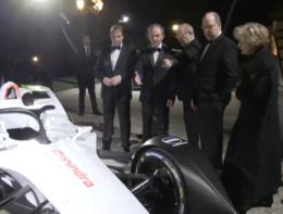 Alberto di Monaco ammira il bolide elettrico alla serata di gala della Formula E