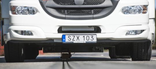 Come funziona la prima strada che in Svezia ricarica auto e camion elettrici