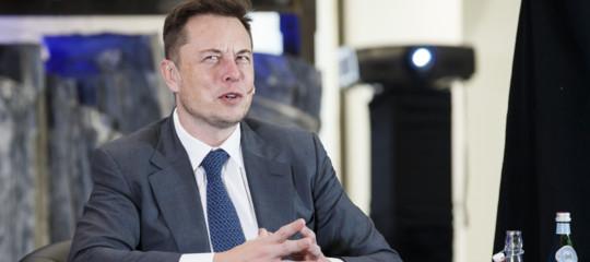 Elon Musktorna a far produrre le Tesla agli uomini dopo il fallimento dei robot