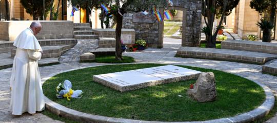 Papa: arrivato ad Alessano per pregare su tomba don Tonino Bello