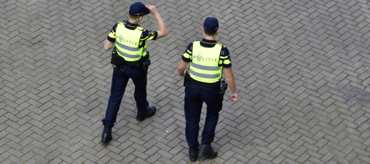 Olanda: uomo accoltella 3 persone a L'Aja, ferito da polizia