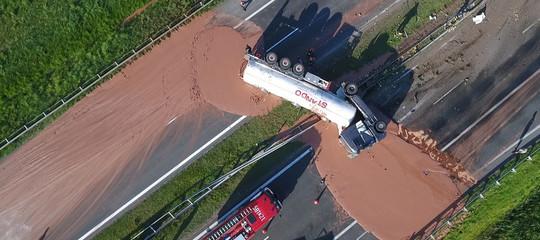 Si ribalta un'autocisterna in Polonia. Un fiume di cioccolato blocca l'autostrada