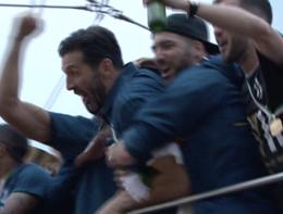 Gigi Buffon sul bus della Juve festeggiato dai compagni