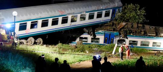 Treno contro Tir a Caluso, due morti e 18 feriti. Cosa ha causato l'impatto