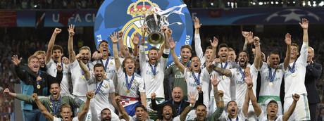 Il Real Madrid festeggia con la coppa