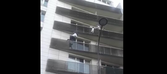 Le incredibili immagini dell'uomo che si arrampica su un palazzo per salvare un bambino