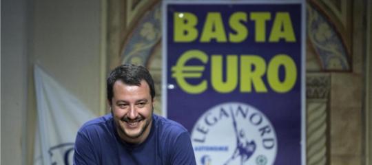 """Il tweet diCalendasu Salvini con la maglia 'Basta Euro' mentre dice """"mai detto basta euro"""""""