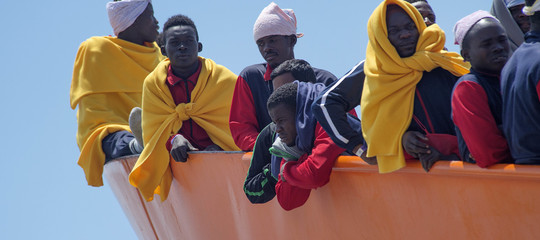 Perché la Spagna sta accogliendo migliaia di migranti che prima sbarcavano in Italia
