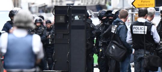 Un uomo armato ha preso in ostaggio 3 persone a Parigi. Cosa sappiamo finora