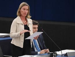 Mogherininon risponde sui migranti, i giornalisti italiani abbandonano la sala