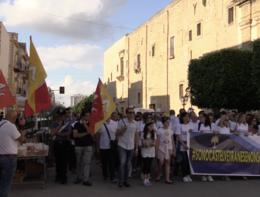 Il paese del boss Messina Denaro scende in piazza contro l'identificazione della città e la mafia