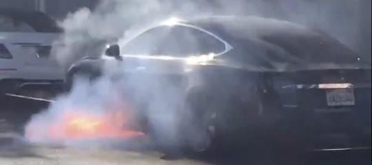 Così ha preso fuoco nel traffico a LosAngeles laTesla del marito diMaryMcCormack