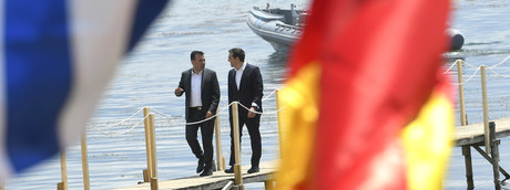 Il primo ministro grego Alexis Tsipras (a sinistra) e il suo omonimo macedone Zoran Zaev (a destra), poco prima dello storico accordo sul nome della Macedonia