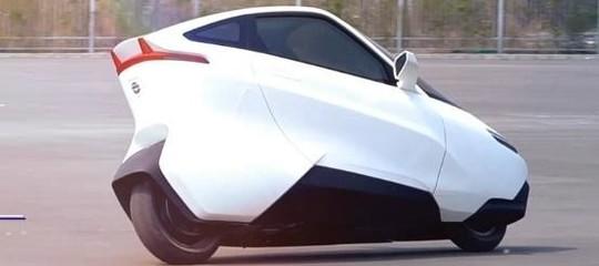 Sono cominciati i test dell'automobile a due ruote (apparentemente una moto)
