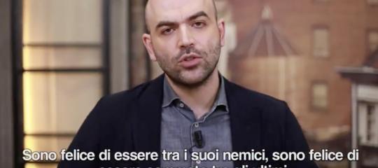 """""""Credi che possaaverepaura di te? Buffone"""". Il video cheSavianoha dedicato a Salvini"""