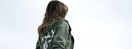 "Melania Trump con la giacca con su scritto ""A me non importa, e a voi?"" sale a bordo dell'Air Force One"
