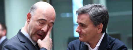 Il commissario europeo per gli Affari economici Pierre Moscovici con il ministro delle finanze greco Euclid Tsakalotos a una riunione dei ministri delle finanze dell'Eurogruppo al Consiglio europeo di Bruxelles