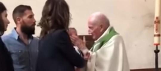 Il bimbo piange al battesimo. E il prete lo schiaffeggia