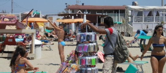 Salvini prepara la stretta sui venditori ambulanti in spiaggia