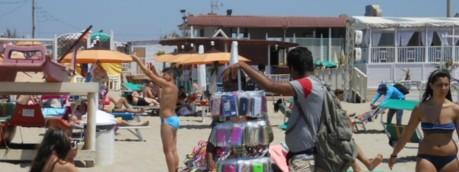 Spiaggia affollata lido estate venditori ambulanti - youreporter