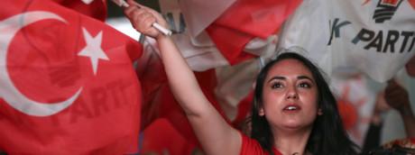 Una sostenitrice del partito Akp del presidente turco Erdogan