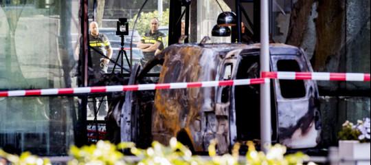 Le immagini dell'attacco al Telegraaf, furgone incendiario contro la sede del giornale