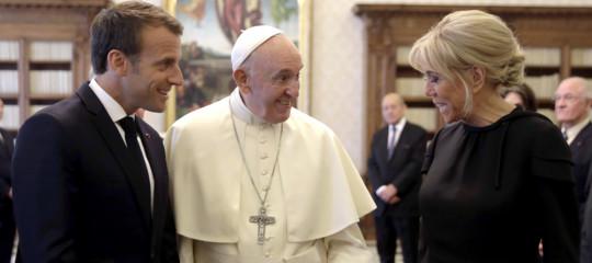 Doni, baci e onorificenze. La giornata diMacronin Vaticano