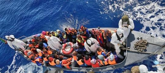 Migranti: italiani divisi su respingimento barconi, 46% favorevoli, 49% contrari