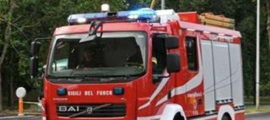 Incendio e esplosione in palazzo a Livorno, grave una 14enne