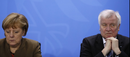 Il governo tedesco è in crisi sulla questione migranti.Seehoferannuncia le dimissioni