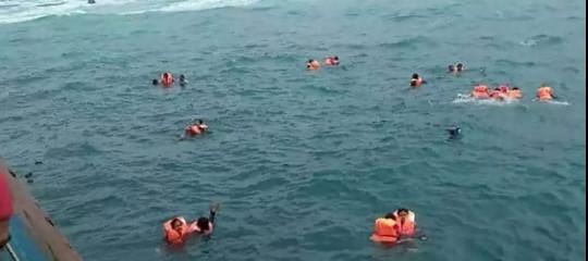 Indonesia: traghetto si arena in tempesta, 29 morti 41 dispersi