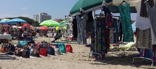 Cosa rischia chi compra dagli ambulanti abusivi in spiaggia
