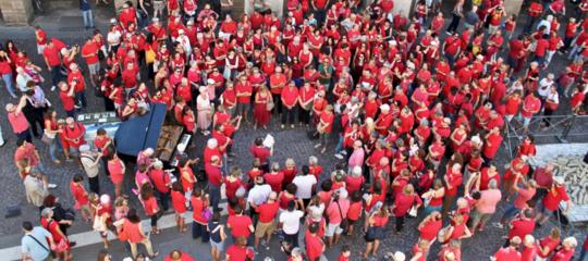 Perché le bacheche dei socialsono piene di gente in maglietta rossa