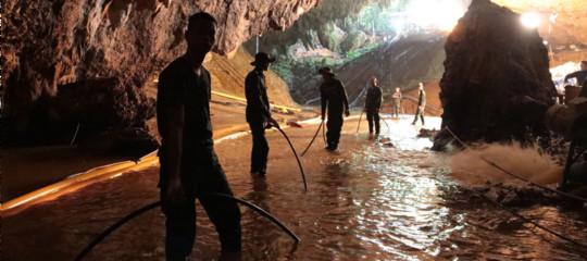 Quattro ragazzi fuori dalla grotta. I soccorsi in Thailandia riprenderanno all'alba